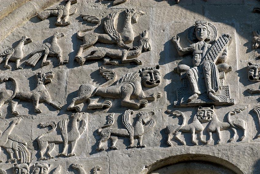 Резьба на стене Дмитровского собора